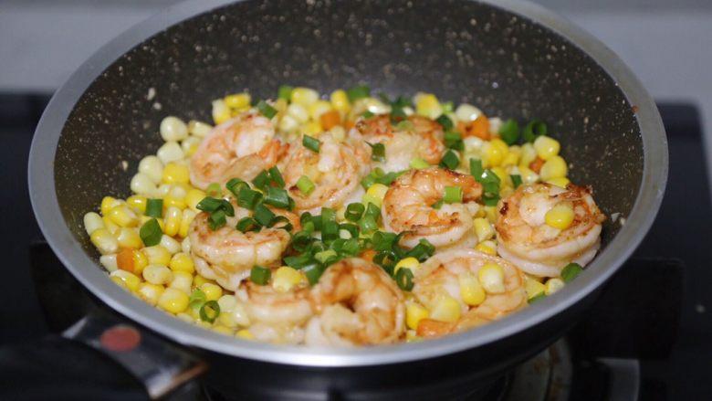 玉米炒虾仁,最后撒入葱末即可