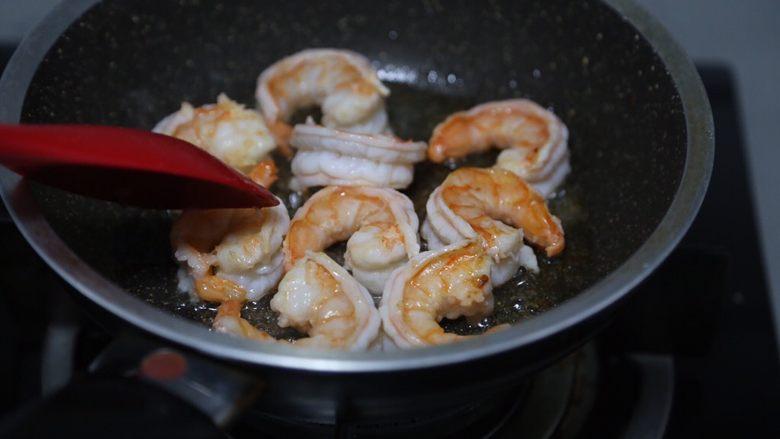 玉米炒虾仁,煎至一面金黄再煎另外一面