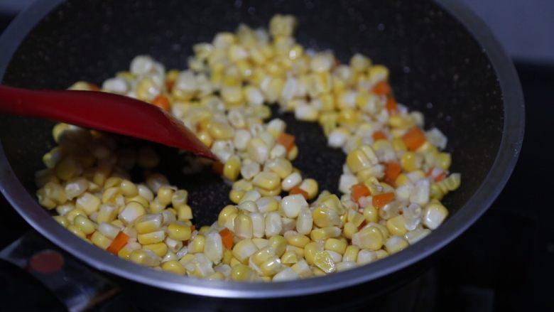 玉米炒虾仁,翻炒至胡萝卜和玉米粒断生