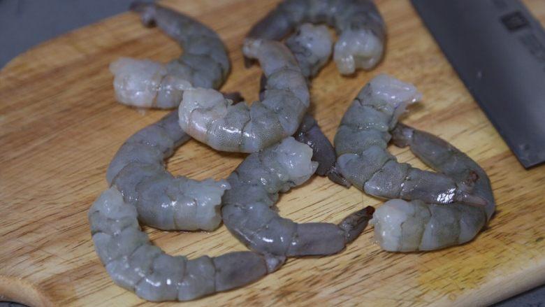 玉米炒虾仁,将虾去头,剥去外壳