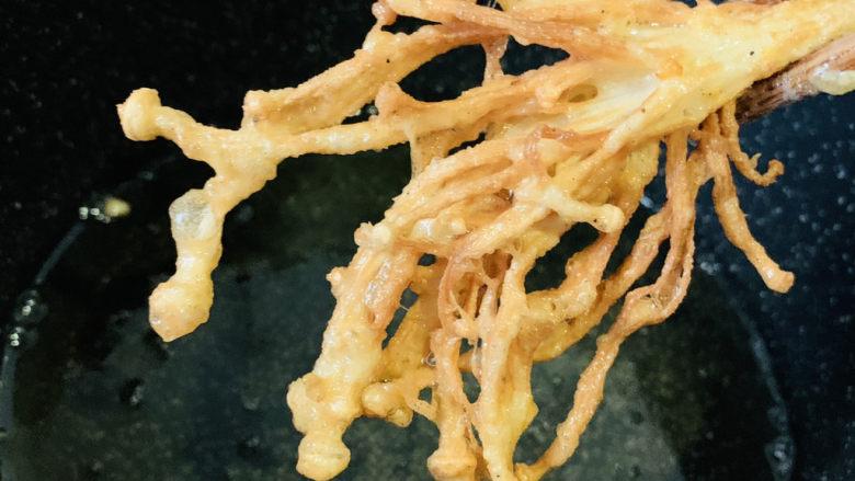 油炸金针菇,炸金黄,夹起
