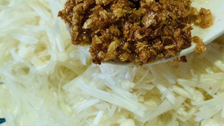 蒜蓉粉丝蒸金针菇,炒好的蒜头浇在粉丝和金针菇上面