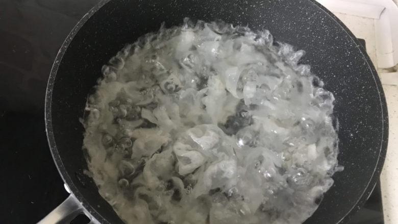 山药枸杞粥,同时将泡发银耳放在炖锅里炖煮;