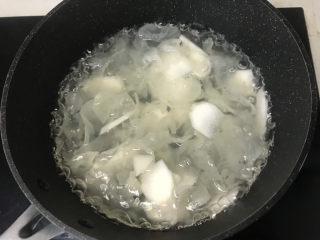 山药枸杞粥,炖煮山药银耳羹;