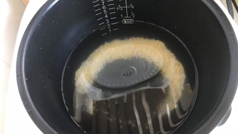 山药枸杞粥,放电饭锅里煮二米粥底;