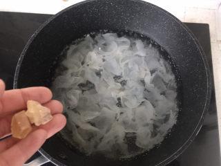 山药枸杞粥,炖银耳的时候放入适量冰糖;