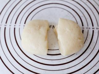 糯米凉糕,将糯米面团分成相同大小的两份