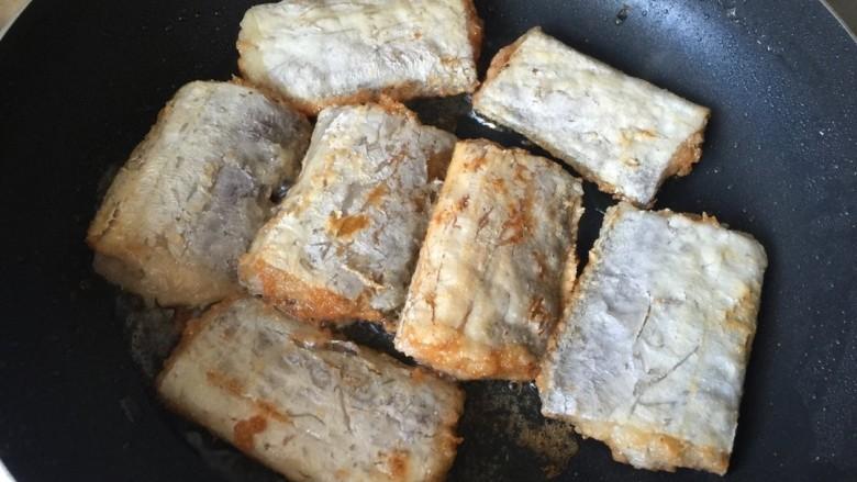 椒盐带鱼,一面煎黄,再煎另外一面