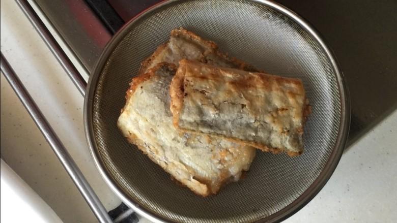椒盐带鱼,带鱼段捞出控油
