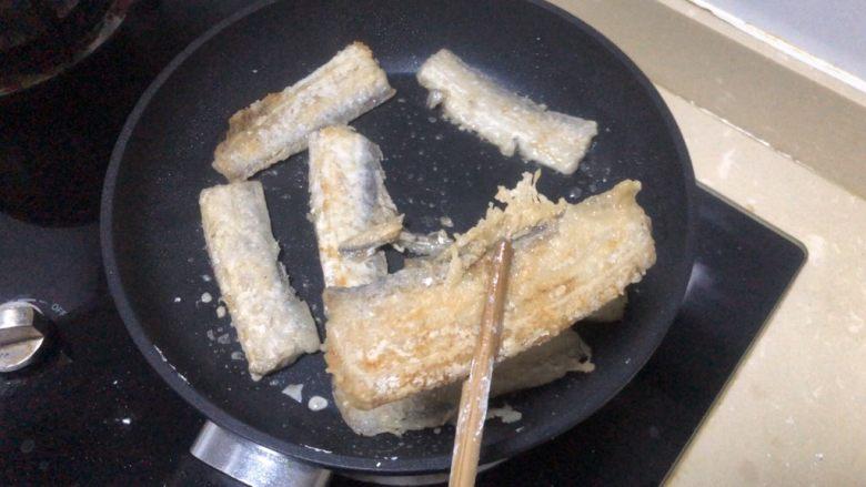 椒盐带鱼,两边都金黄后夹出盛盘