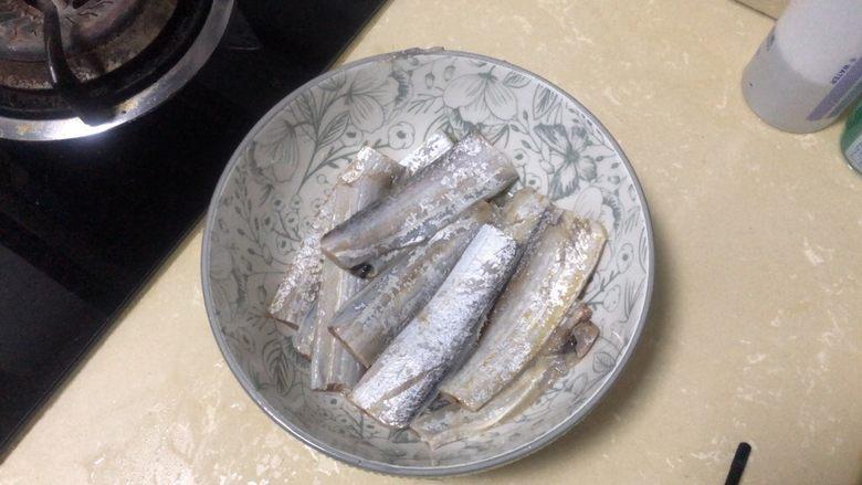 椒盐带鱼,腌制半小时