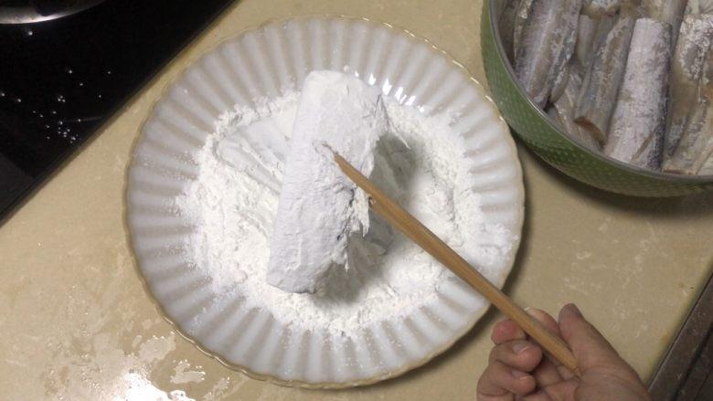 椒盐带鱼,带鱼两面沾匀淀粉,不要太多,薄薄的一层