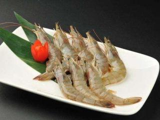 荷兰豆炒虾仁,海虾比较鲜,也要洗干净。