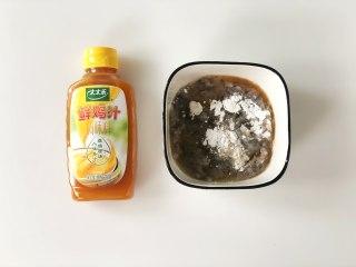 虾滑酿冬瓜,将虾茸放入碗中,加入蛋清、料酒、白胡椒粉、干淀粉。