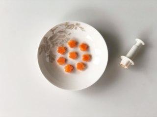 虾滑酿冬瓜,胡萝卜切成薄片,用花型模具切出小花的形状。