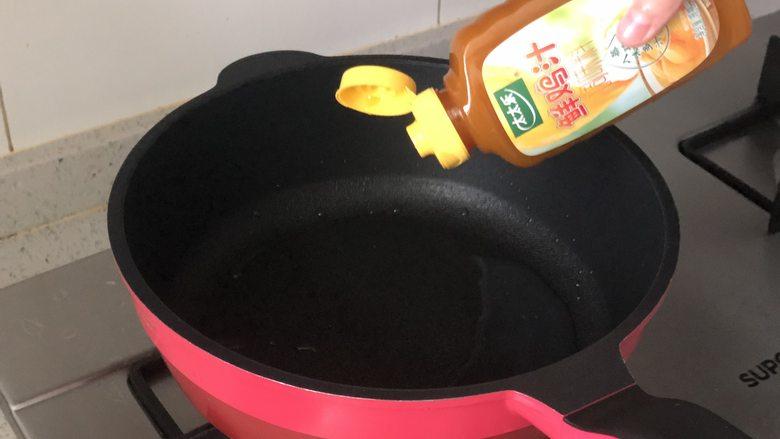 虾滑酿冬瓜,蒸好后,把盘子里蒸出的水倒入锅中,加入小半碗清水和太太乐鲜鸡汁,可以代替高汤。