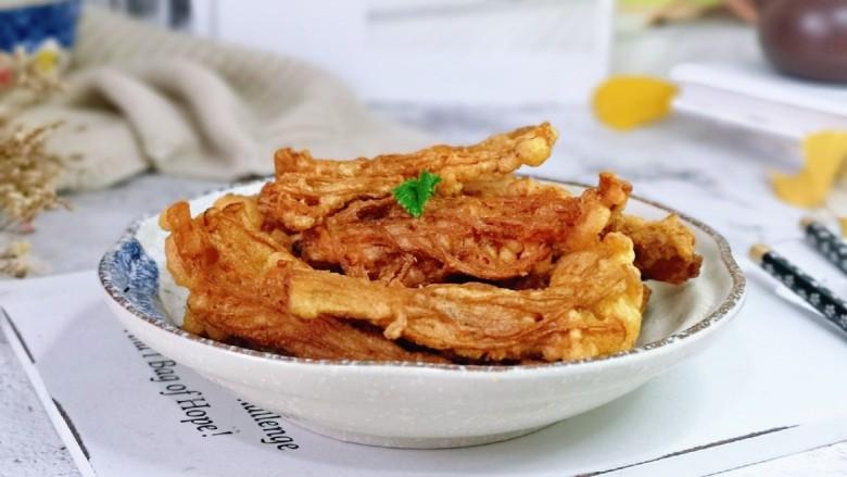 油炸金针菇,可以蘸上自己喜欢的酱料。