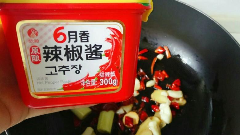 麻辣鸭头,加入一勺<a style='color:red;display:inline-block;' href='/shicai/ 691'>辣椒酱</a>