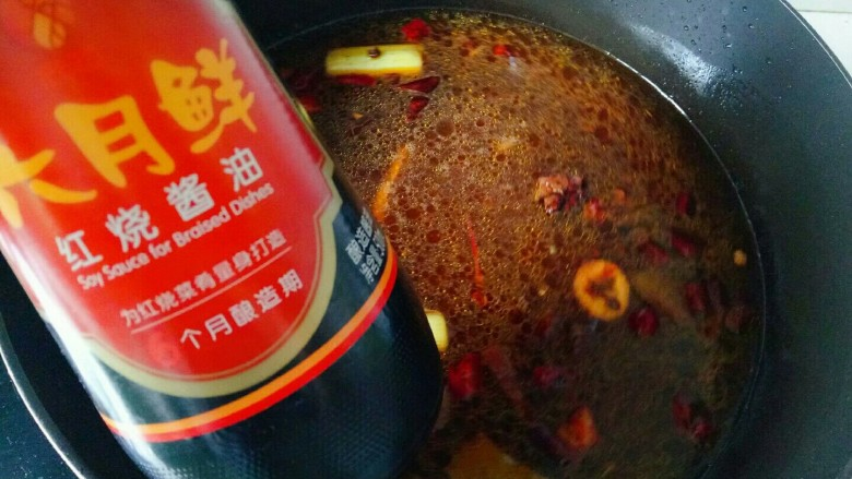 麻辣鸭头,加入<a style='color:red;display:inline-block;' href='/shicai/ 31426'>红烧酱油</a>