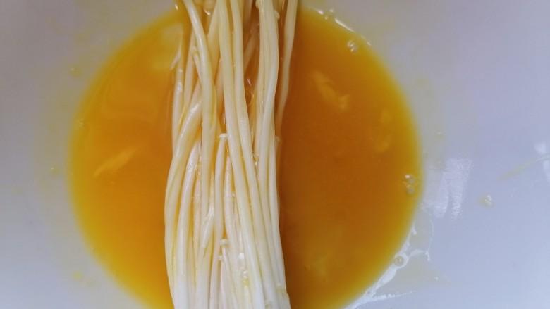 油炸金针菇,先将金针菇裹上一层蛋液