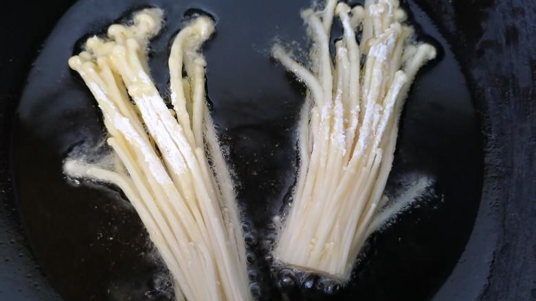 油炸金针菇,放入金针菇炸