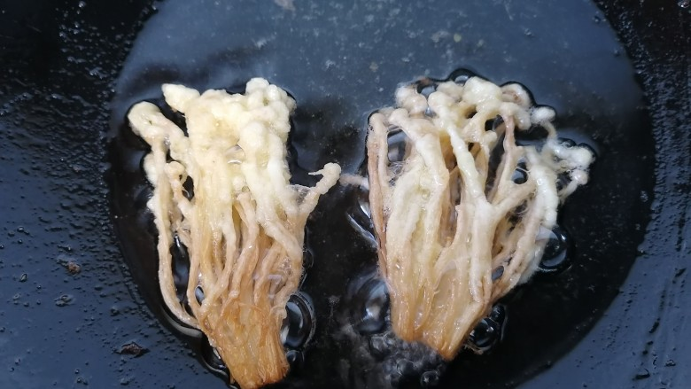 油炸金针菇,炸至两面金黄即可