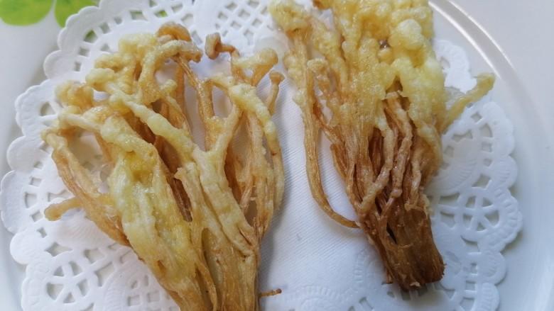 油炸金针菇,捞出用吸油纸吸去多余的油