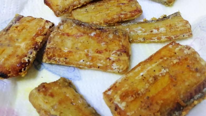 椒盐带鱼,夹出放在厨房用纸上吸油。