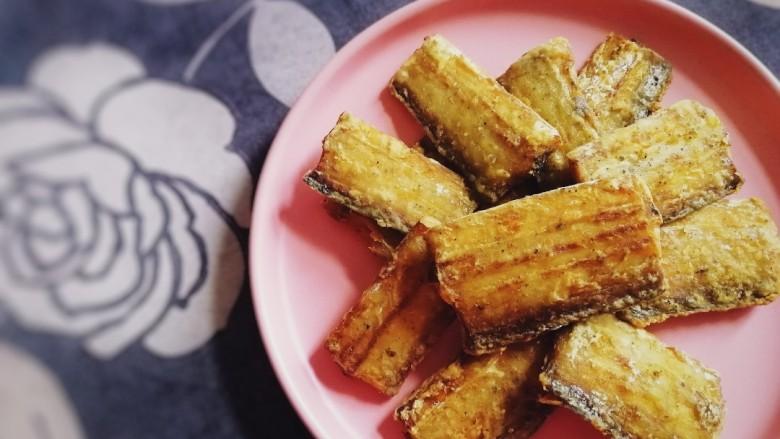 椒盐带鱼,盛盘。外焦里嫩,椒香入味。