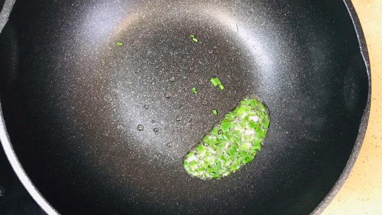 蒜蓉粉丝蒸金针菇,注意不要炒糊了
