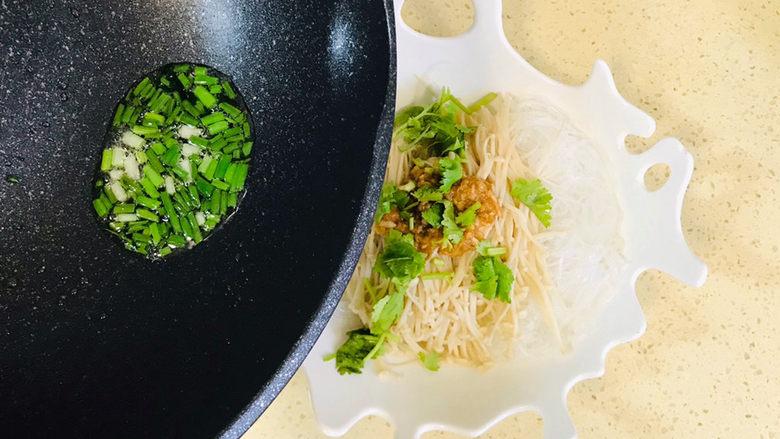 蒜蓉粉丝蒸金针菇,将葱油直接淋入盘中