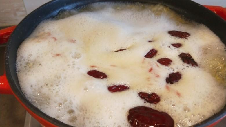 山药枸杞粥,放入锅中大火烧开。