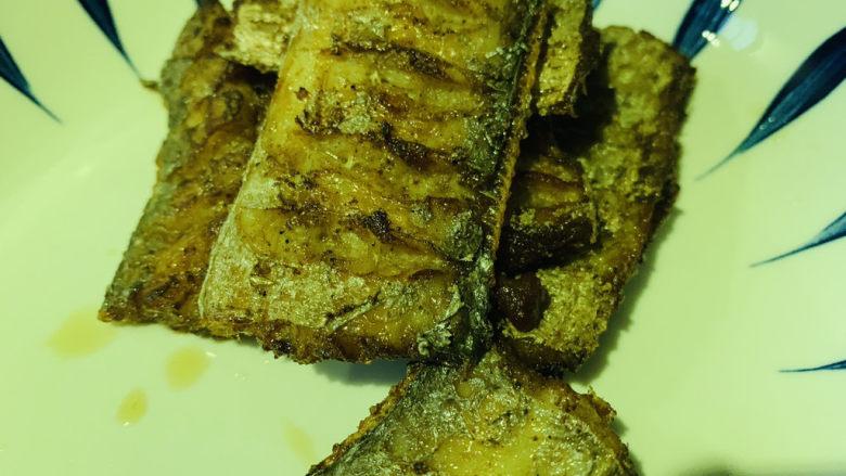 椒盐带鱼,两面金黄,夹盘子里