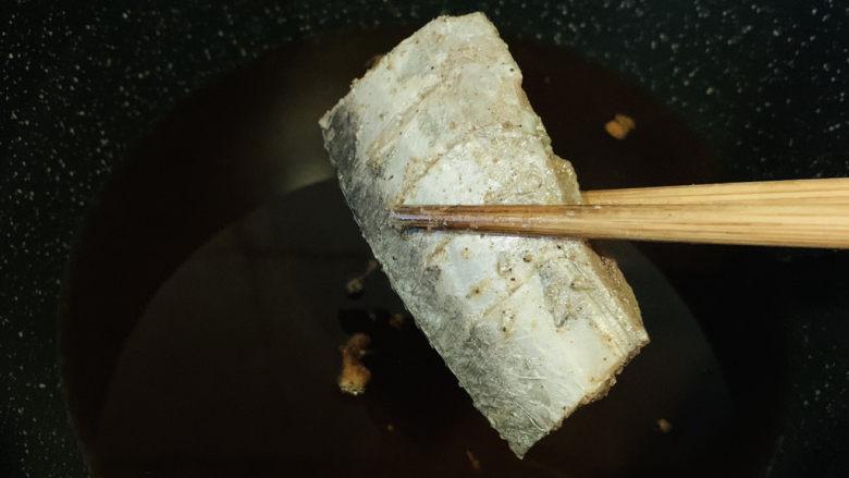 椒盐带鱼,转中小火,夹入带鱼