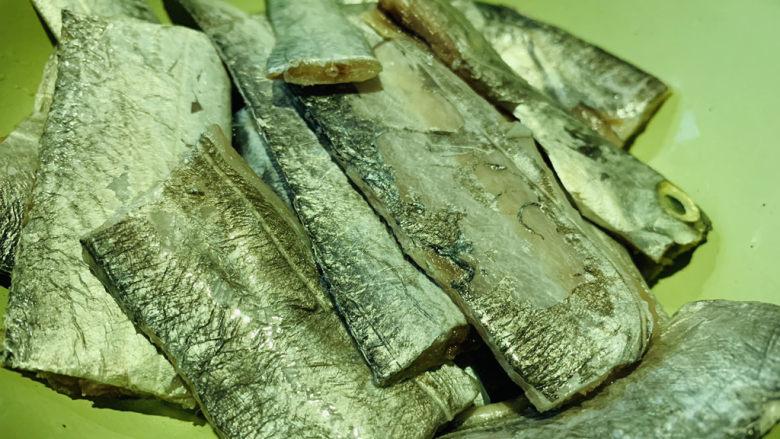 椒盐带鱼,冲洗干净,修剪,沥干水