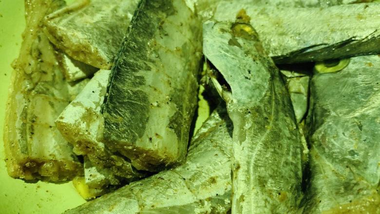 椒盐带鱼,搅拌均匀各种调料