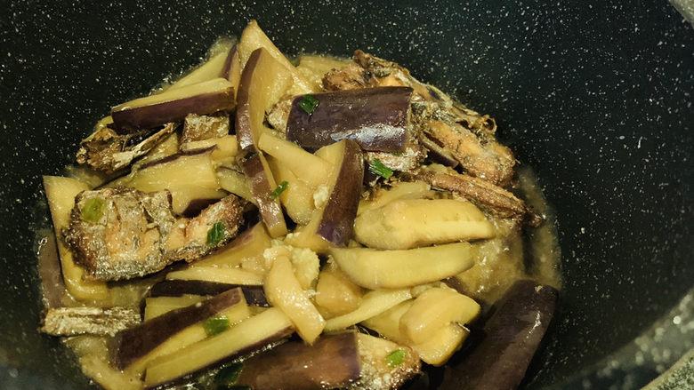 茄子烧带鱼,焖5分钟,收汁,就可以起锅