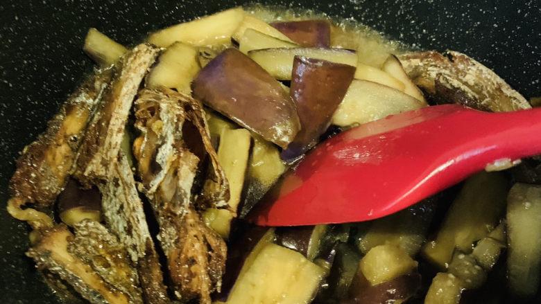 茄子烧带鱼,翻炒均匀料汁