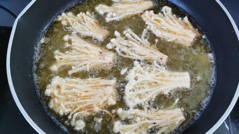 油炸金针菇,一面炸至金黄翻另一面炸