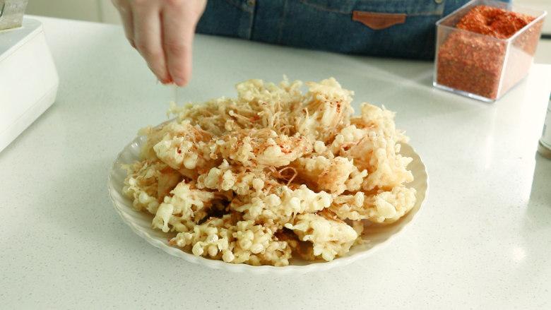 油炸金针菇,撒上一些辣椒粉