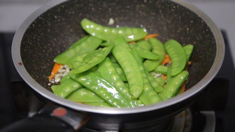 荷兰豆炒虾仁,再加入荷兰豆一起翻炒均匀