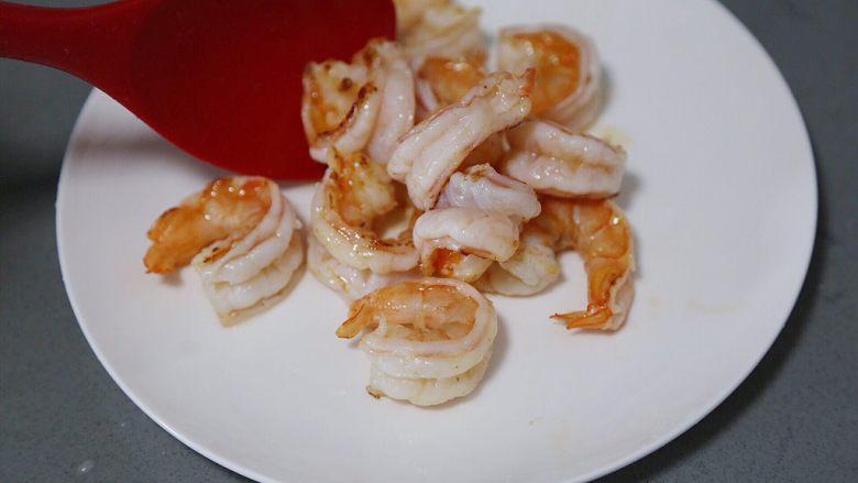 荷兰豆炒虾仁,煎炒至虾仁微焦后盛出待用