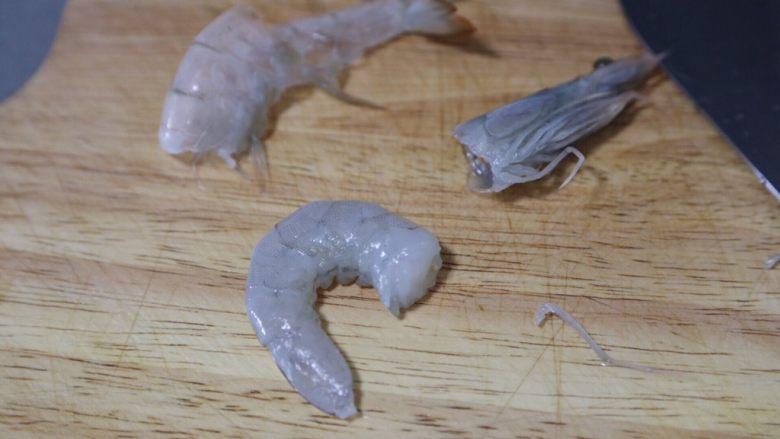 荷兰豆炒虾仁,将虾去掉虾头,剥去外壳
