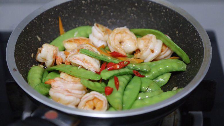 荷兰豆炒虾仁,最后加入小米辣,翻炒均匀即可