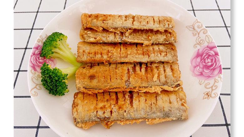椒盐带鱼,之后再放入锅中复炸一下让两面上色均匀就可以捞出来了。