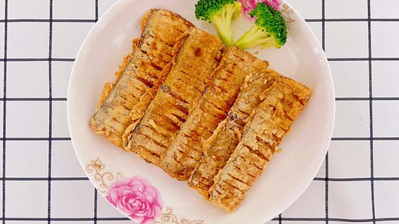 椒盐带鱼,一般复炸一遍可以让鱼的表皮更酥脆。