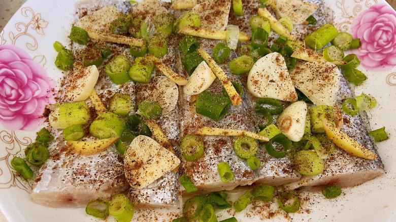 椒盐带鱼,撒好调料后拌匀,然后腌渍1小时左右。