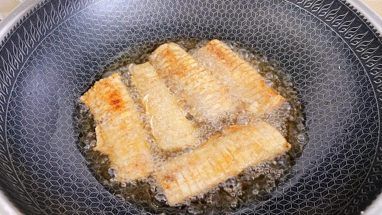 椒盐带鱼,煎金黄色后可以出锅控油。
