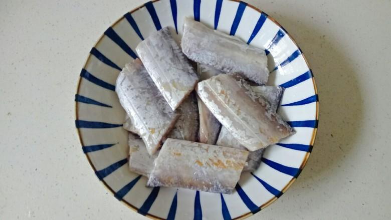 椒盐带鱼,腌好的带鱼,把葱姜蒜挑拣出来不要