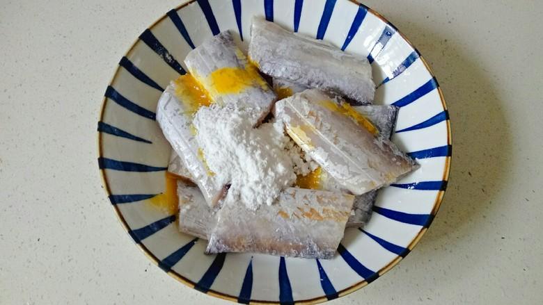 椒盐带鱼,加入3勺玉米淀粉